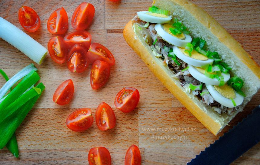 Tuniak, sendvič, bageta, večera, obed, raňajky, vajíčko, cherry paradajky, jarná cibuľka