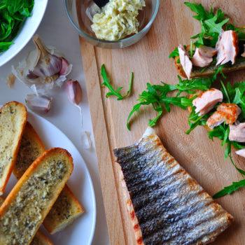 recept, obed, losos, bylinkové maslo, bageta, rukola, cesnak, fitrecept, fitness recept