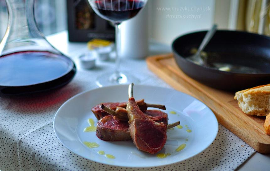 jahňacie kotletky, hrebienok, cesnak, výpek, maslo, rozmarín, olivový olej, valentínsky recept, recept na valentína, čím prekvapiť polovičku, jednoduchá, rýchla, zdravá, chutná večera