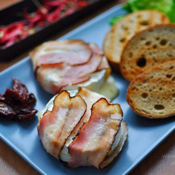 rozpečený hermelín, večera, rýchla, jednoduchá, chutná, lahodná, encián, camembert, šalát, sušené paradajky, cheat day,