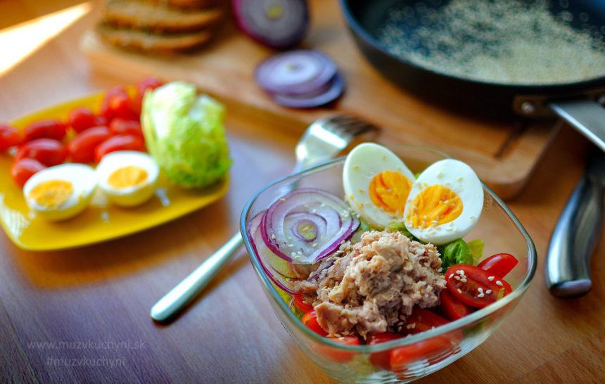 raňajkový šalát, raňajky, vajíčka, tuniak, paradajky, cibuľa, fit recept, fitness recept, chudnutia, chudnúť