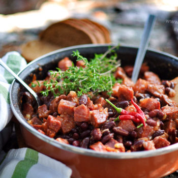 kovbojské fazule, recept, údené koleno, klobása, recepty nad ohňom, na opekačku, na grill,, tymián, chilli