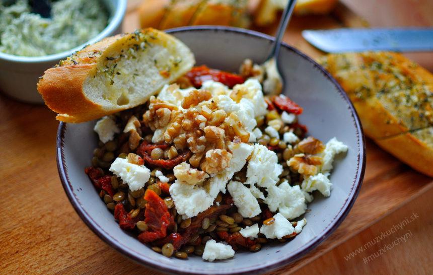 šošovicový, šalát, obed, recept, sušené paradajky, bylinkové maslo, cesnaková bageta