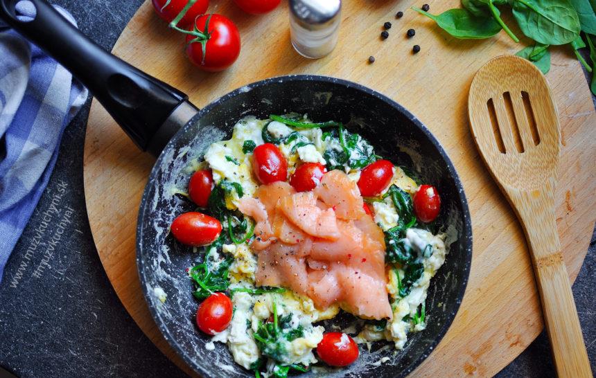 Miešané vajíčka s lososom, špenátom a paradajkami