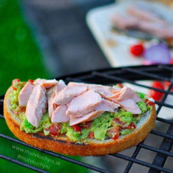 Grilovaný losos a guacamole toast